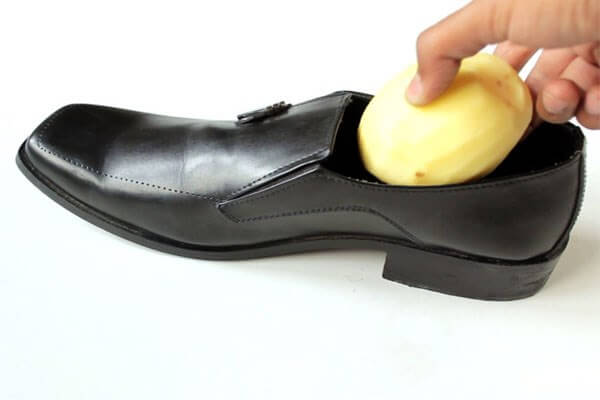 Cách khắc phục giày chật bằng khoai tây