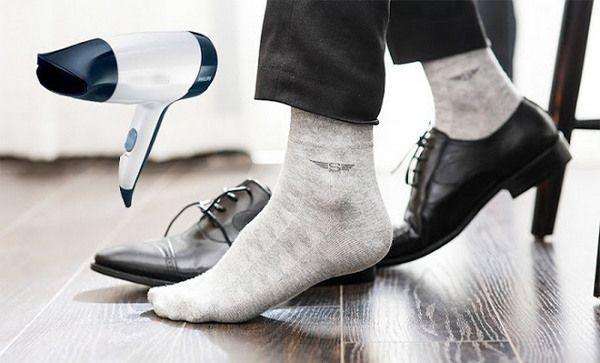 Cách khắc phục giày chật bằng tất và máy sấy