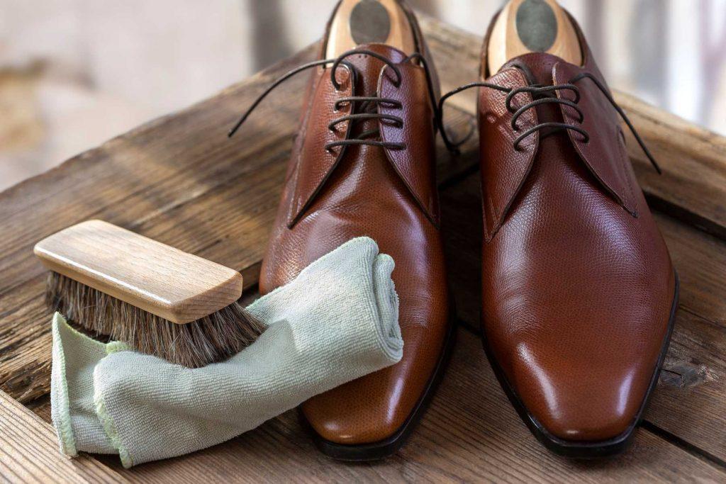 vệ sinh giày da bóng